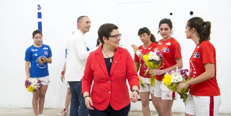 Isabel García asiste al la 1ª partida femenina de raspall en Pelayo //Abulaila