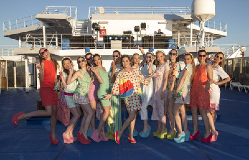 Agatha Ruiz de la Prada con las modelos en el barco de Baleària. FOTO ELVIRA FOLGUERÀ