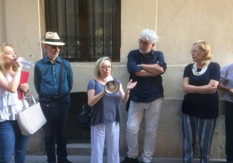 Un moment de la ruta dedicada a Vicent Andrés Estellés amb Carmina Andrés, filla del poeta valencià