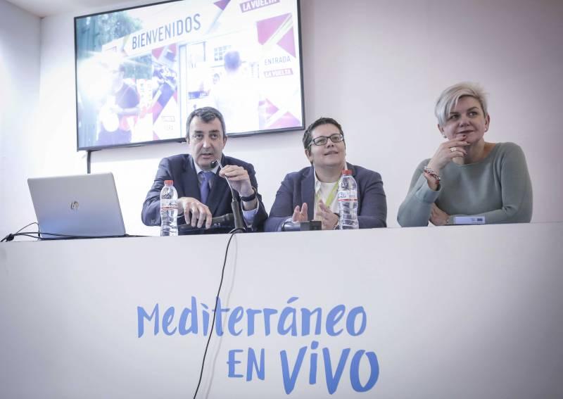 El director de la Vuelta, Javier Guillén, la diputada de Deportes, Isabel García y la diputada de Turismo, Pilar Moncho, FITUR 2019