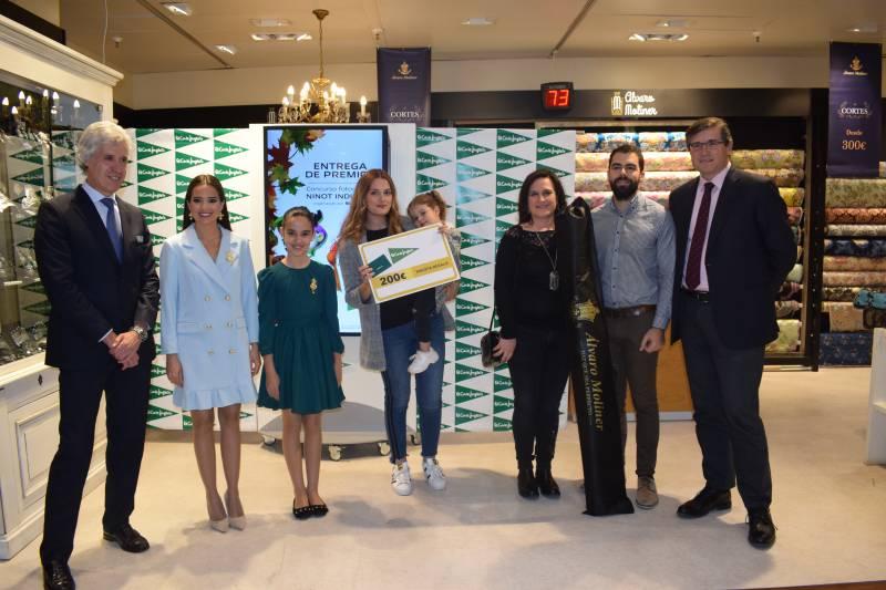 Las ganadoras del concurso en el momento de la entrega