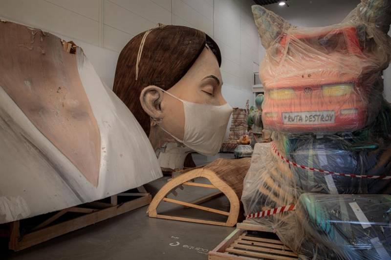 El busto de la falla municipal, que se salvó del fuego el pasado mes de marzo, almacenado en La Marina de València en una imagen de archivo. EFE/Biel Aliño/Archivo