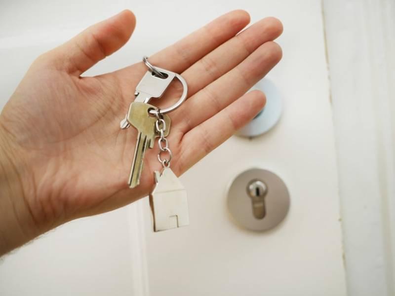 Imagen de unas llaves y la cerradura de una casa.
