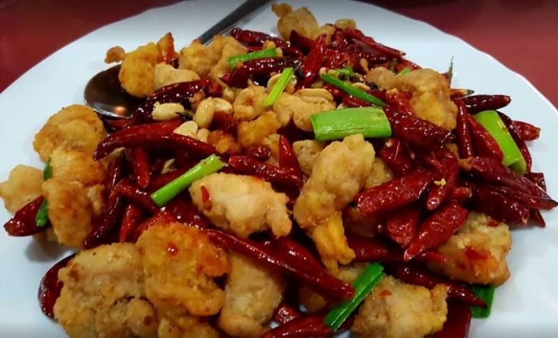 Pollo con guindillas, el plato estrella de Casa Ru