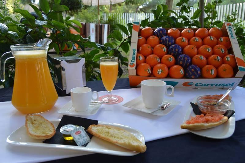 Presentación de los desayunos con zumo de naranja. //EPDA
