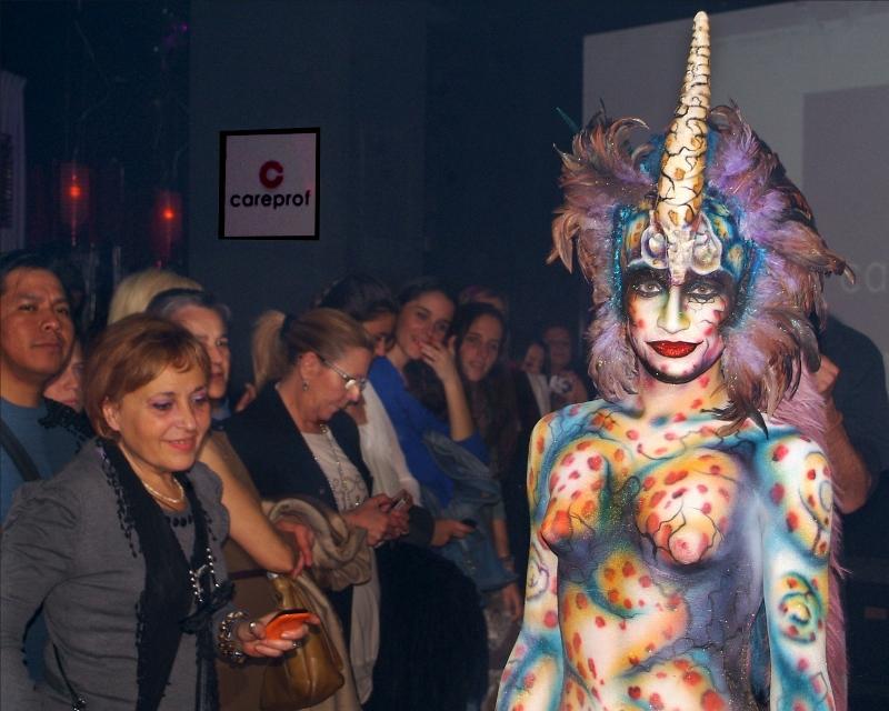 Una modelo posa con su maquillaje corporal (Viu València)