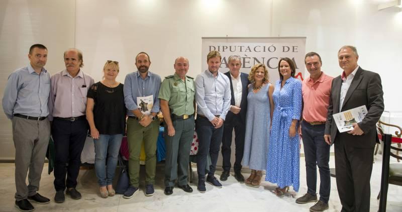 Foto de familia con los alcaldes y alcaldesas de los municipios que atraviesa la carrera