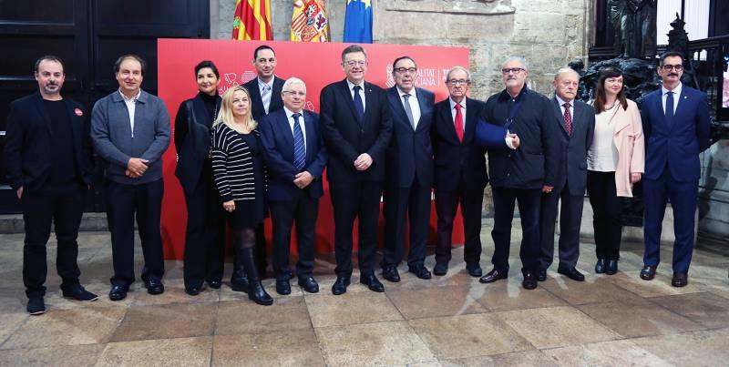 Ximo Puig acompanyat pels responsables dels productes valencia.//VIUVALENCIA