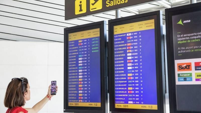 Una turista fa ús del mòbil a l