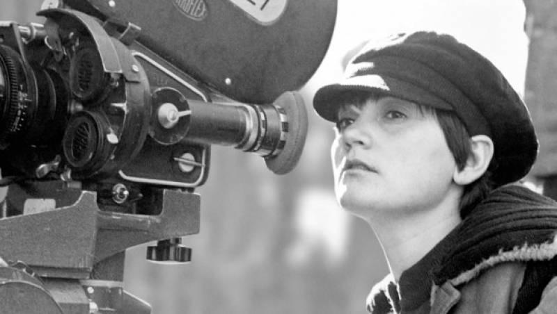 La directora Pilar Miró en un fotograma de la pel·lícula