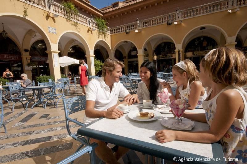 Turistas en la Plaza de Benidorm
