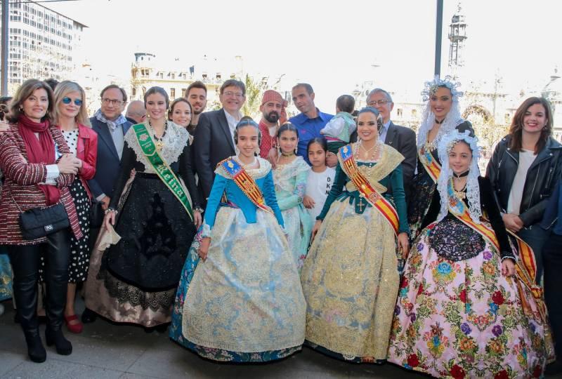 Begoña Longás (en el centro), con los nuevos registradores, cinco de los cuales son mujeres