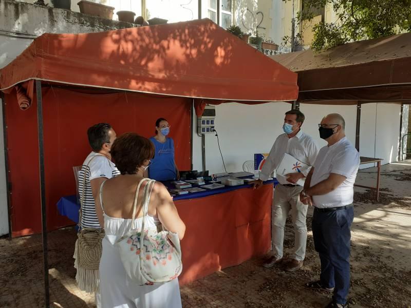 El director general de Turisme, Herick Campos, ha visitado la playa de La Vila Joiosa acompañado por el alcalde, Andrés Verdú. Imagen: GVA