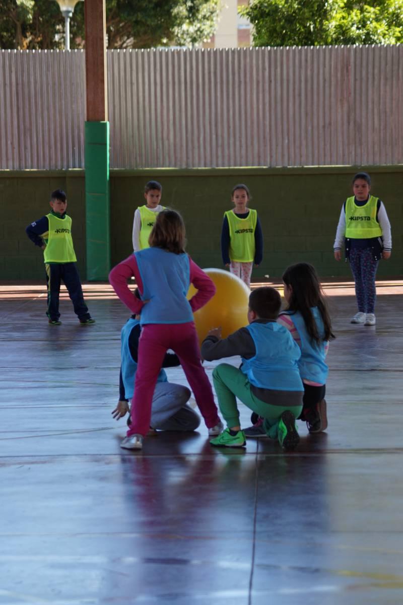 Niños jugando a Baloncodo