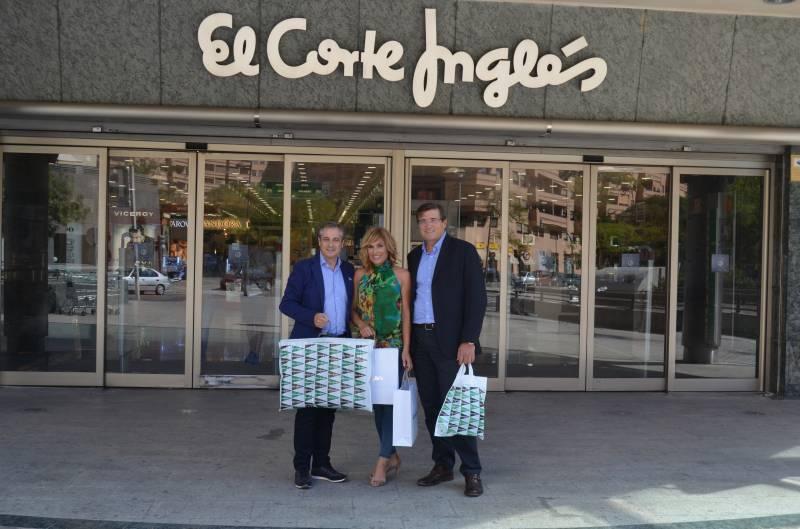 Carme Bort y Ximo Rovira en la puerta de El Corte Inglés de la Avenida Francia junto al Director de Comunicación, Pau Pérez Rico