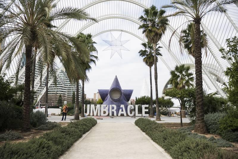 La Ciutat de les Arts i les Ciències comienza a instalar letras gigantes con el nombre 'Umbracle' ante el jardín mirador