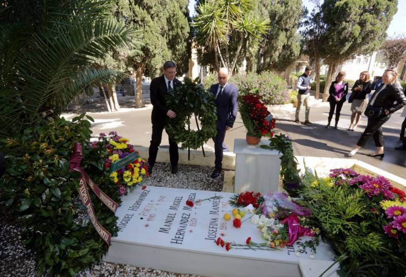 Visita tumba Miguel Hernández