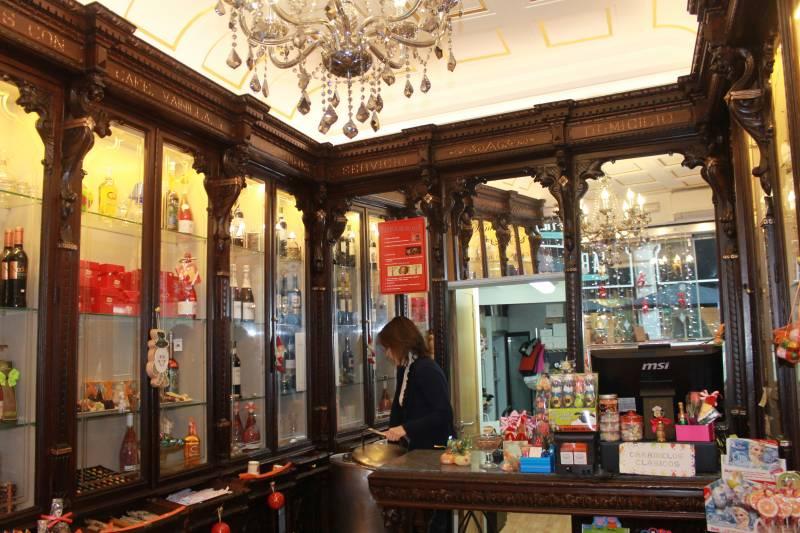La tienda conserva los muebles originales//Viu Valencia