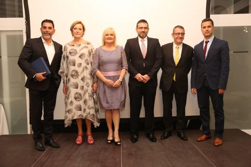 La Presidenta del Ateneo, Carmen de Rosa, con los escritores premiados en la I Noche Valenciana de las Letras