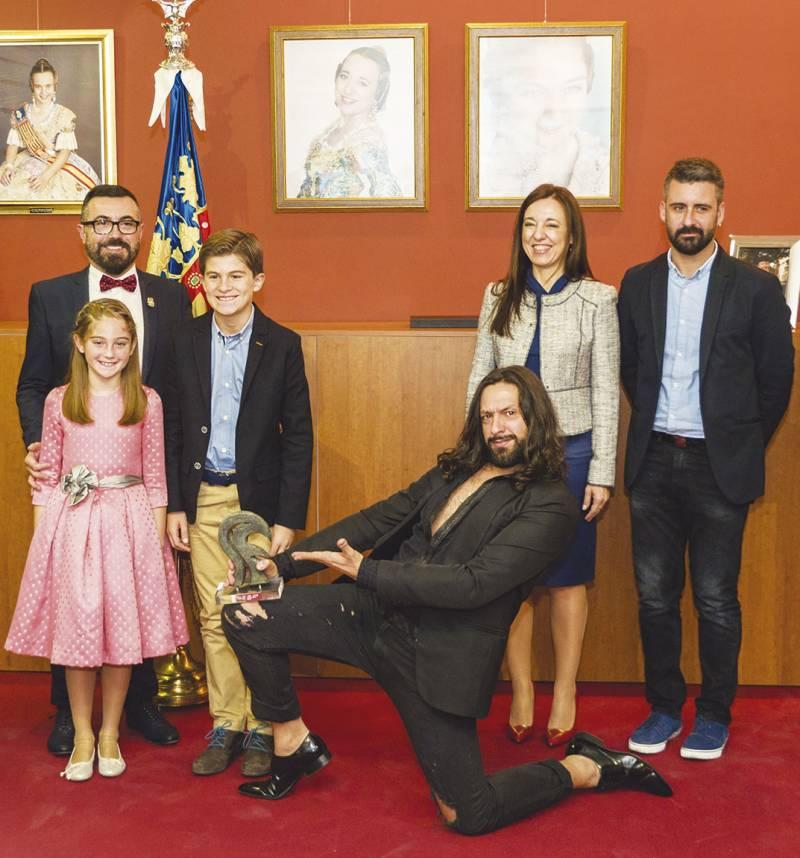 Rafael Amargo posa junto al presidente de la falla, las falleras mayores, el presidente infantil y el concejal Pere Fuset. FOTO JOSÉ FÉLIX GIMENO