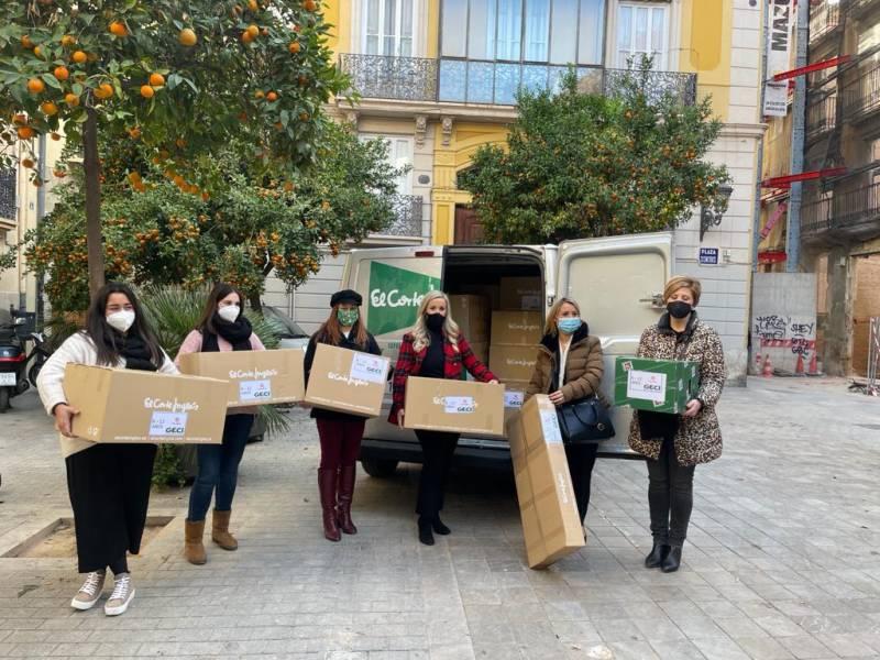 Trabajadores entregan juguetes.EPDA