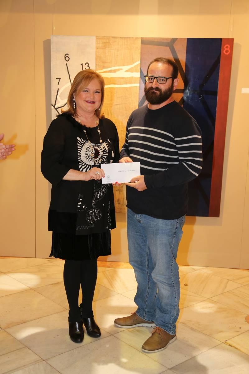 Artista premiado en la pasada edición con la presidenta del Ateneo, Carmen de Rosa