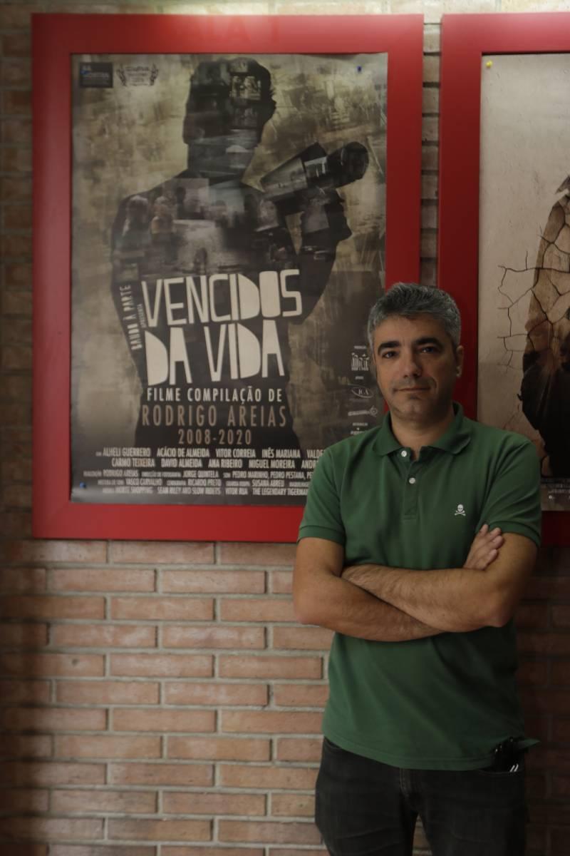 Rodrigo Areias junto con el cartel de ?Vencidos da vida?.