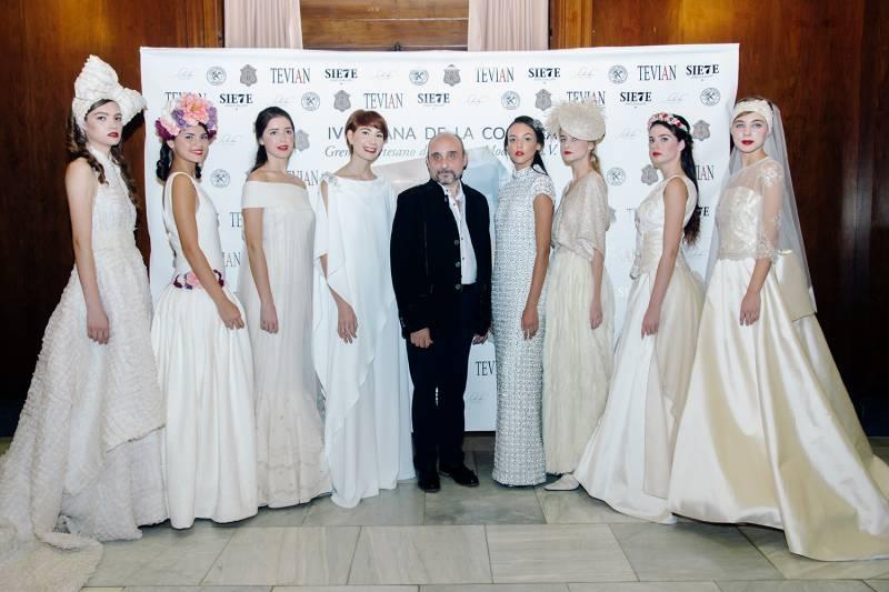 Julio Vera con sus modelos al finalizar el desfile