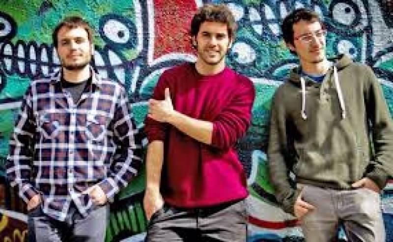 Àlex Martínez (veu i baix), Cesc Domènech (bateria) i David García (guitarra) son Tardor : : Sala Wah Wah