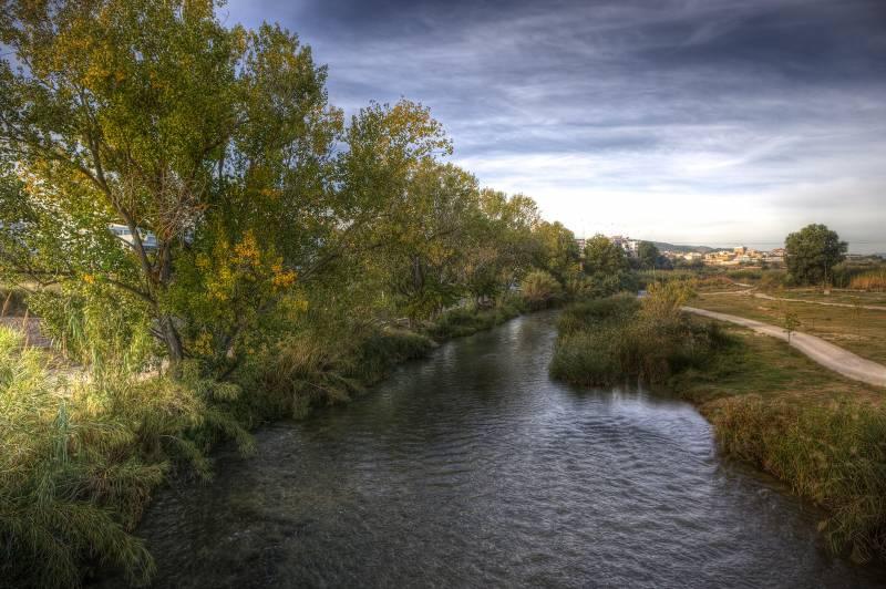 Una imagen del río que atraviesa Riba-Roja. FOTO VIU