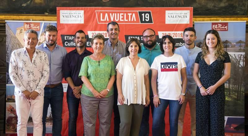 La alcaldesa, el diputado y el director de La Vuelta con el equipo de gobierno de El Puig