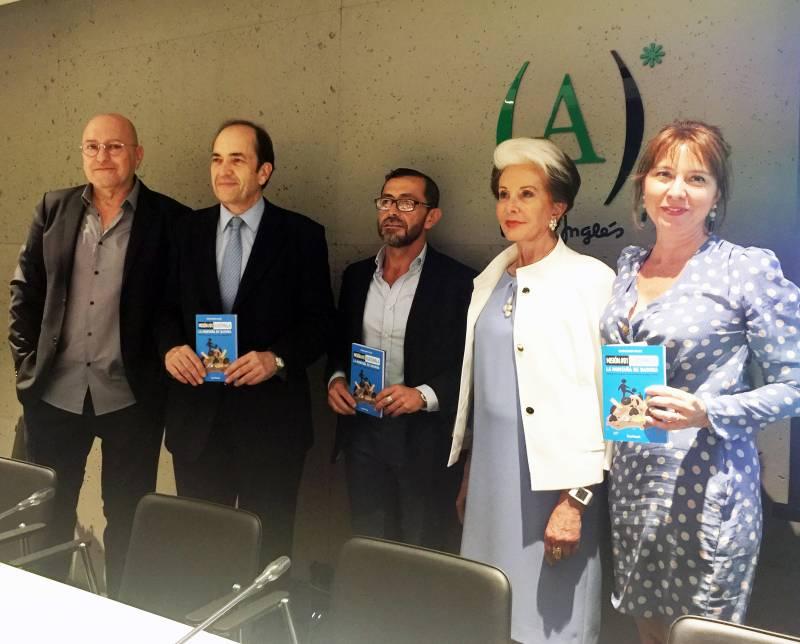 La autora M.J. Zapater con el libro