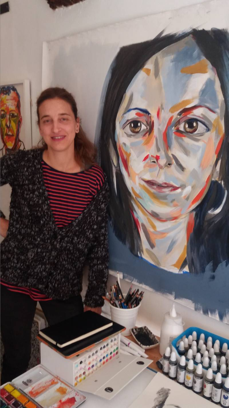 Patria Iranzo en su estudio con uno de sus retratos // Susana Martínez
