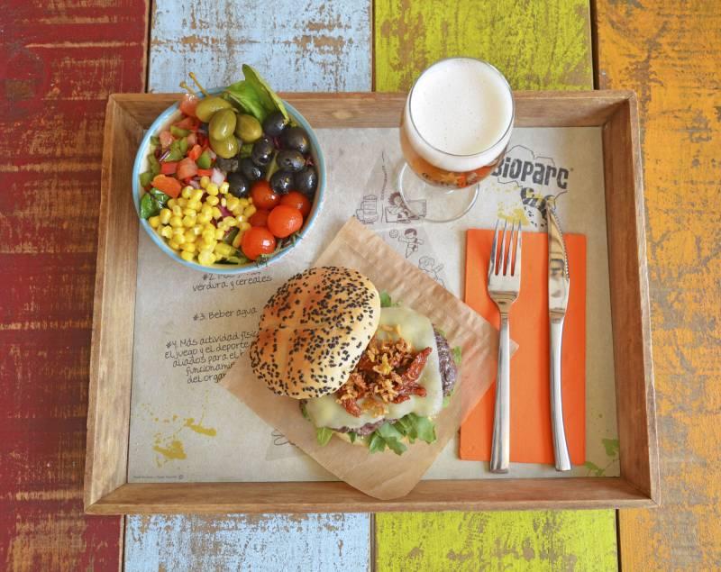 BIOPARC Café - cena monólogos - hamburguesa, guarnición y bebida