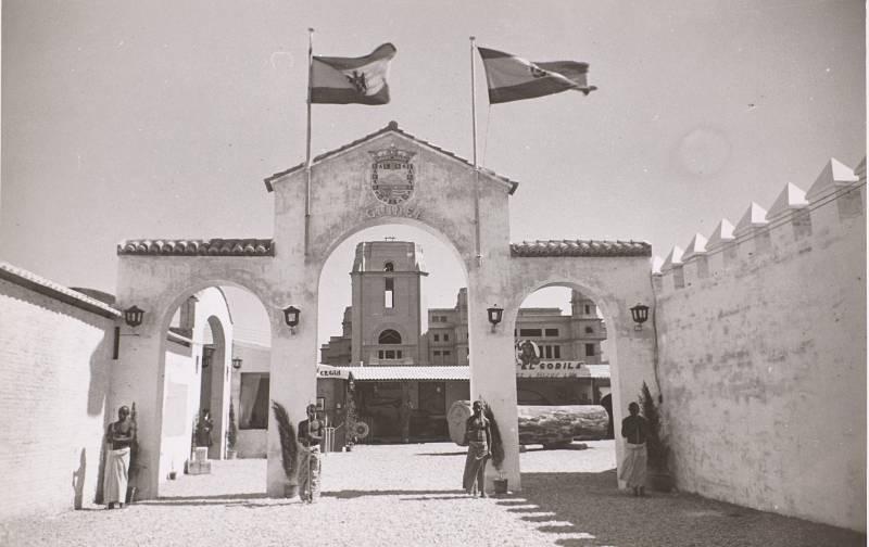 XX Feria Oficial e Internacional de Muestras. Valencia 1942. Con edificio de Rectorado en obras de fondo. Biblioteca Nacional de España.
