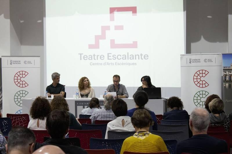 La diputada de Teatros, Rosa Pérez Garijo, junto al director del Escalante, Josep Policarpo, durante la rueda de prensa