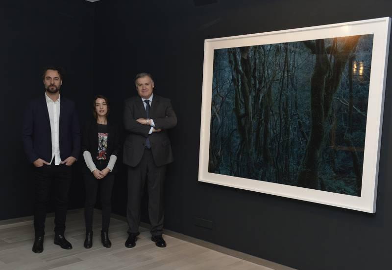 Juan Fabuel, el artista; Tana Capó, comisaria de la exposición; y Antonio Vidal, gerente de Fundación Bancaja