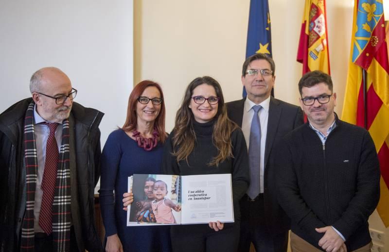 Representantes de la Generalitat, la Diputació y entidades cooperativas durante la presentación del libro
