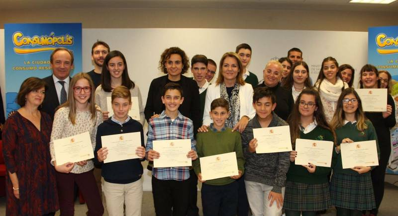 La Ministra con los alumnos premiados