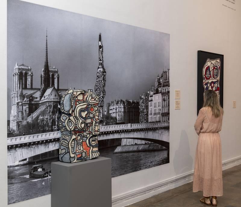 Visitante en sala Jean Dubuffet