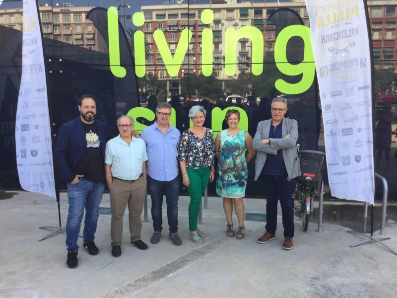 La diputada y la alcaldesa de Sueca junto al resto de responsables del certamen