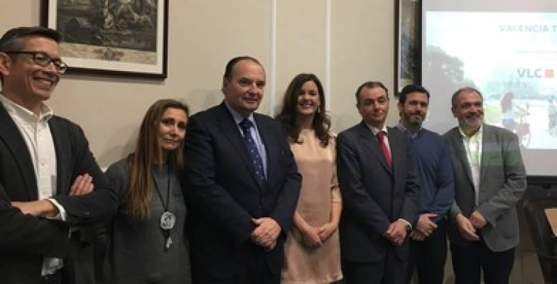La concejala Sandra Gómez, con los representantes del sector turístico