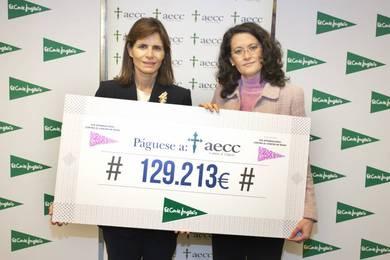 Ester Uriol, Directora de Comunicación Corporativa de El Corte Inglés entrega el cheque a Inés Entrecanales, Vicepresidenta de la AECC