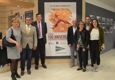 Juanjo Carreres, alcalde de Tírig, junto a Pau Pérez Rico y otros miembros de la corporación municipal