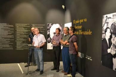 El director del Museo Valenciano de Etnología, Francesc Tamarit. Tras él, los comisarios de la muestra y el hijo del fotógrafo.