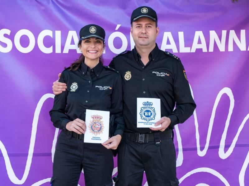 Dos policías nacionales muestran su apoyo. FOTO J. FÉLIX GIMENO