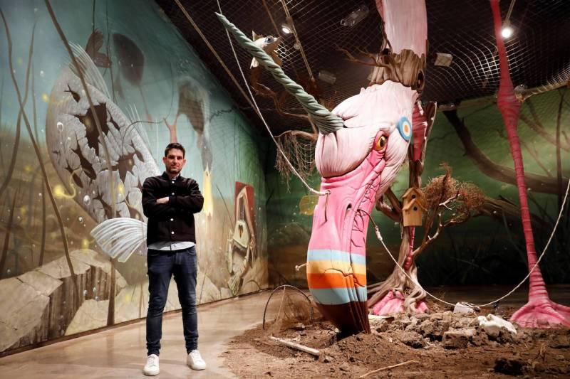 El artista urbano Dulk durante la presentación de la exposición