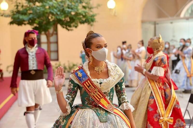 La Fallera Mayor de Valencia, Consuelo Llobell, con mascarilla. EPDA