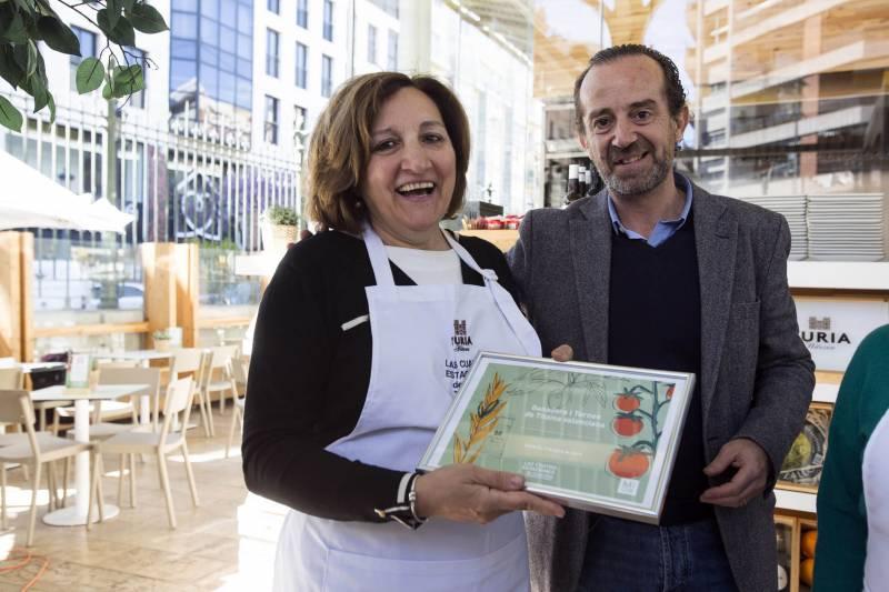 Amparo Cosido, ganadora con el diploma entregado por Paco Valls de Bierwinkel