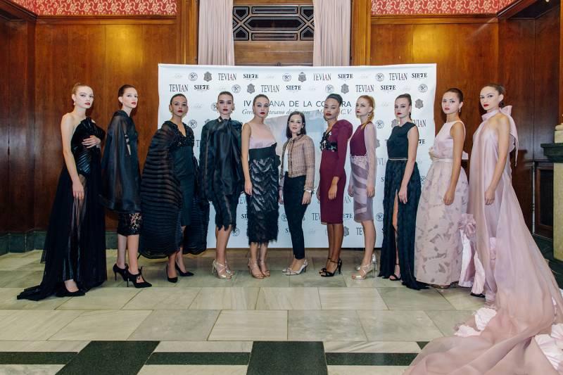 Isabel Serrano en photocall con sus modelos